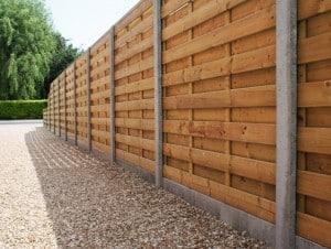 Beton met hout omheining