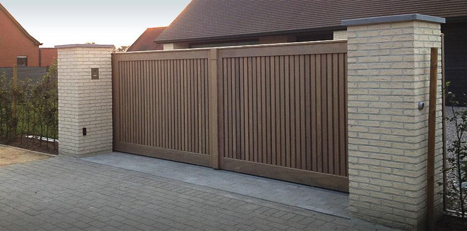 Moderne houten tuinpoort