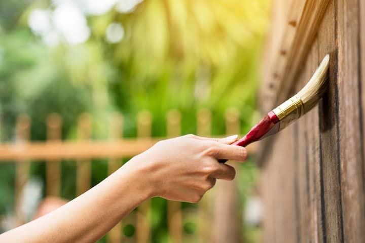 Houten tuinafsluiting schilderen