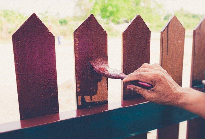 Hoe kun je het best je houten afsluiting schoonmaken?