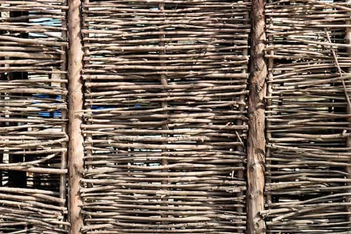 Tuinomheining van wilgentakken oogt zeer natuurlijk