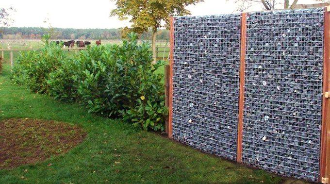Steenkorven afsluiting met hardhout palen